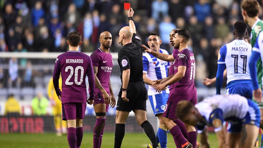 Reduzido a 10, City diz adeus à FA Cup
