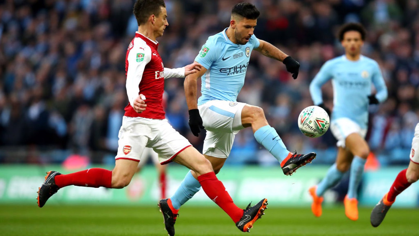 CAMPEÓN. Sergio anota el primer gol del City en la final de la Carabao Cup ante el Arsenal.
