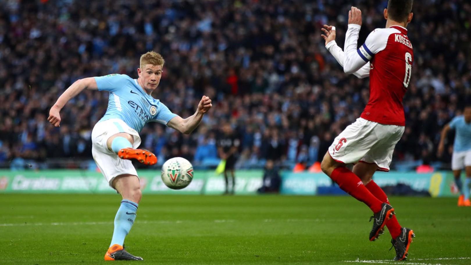 كيفين دي بروين ومحاولة على المرمى في الشوط الأول.