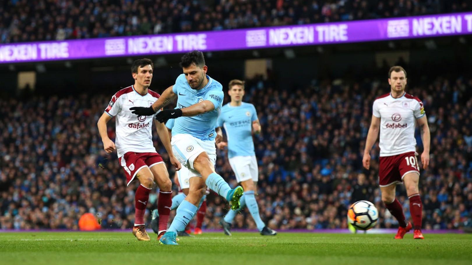 SAMA KUAT: Sergio Aguero menyamakan kedudukan dengan gol khasnya.