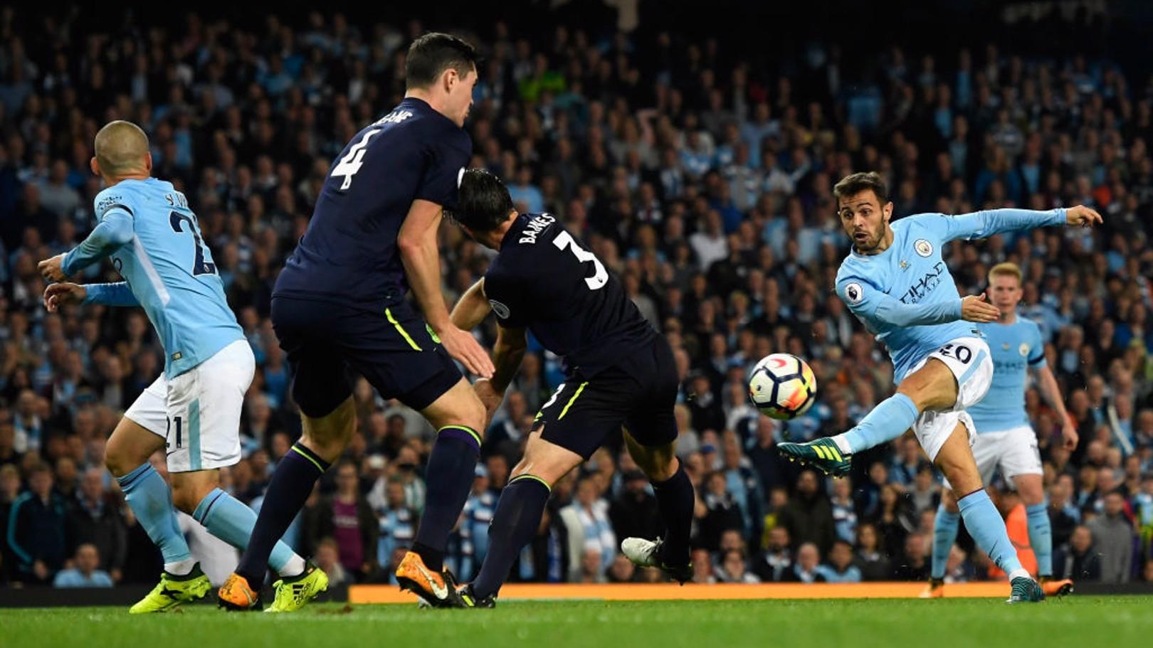 OCASIÓN. Bernardo tuvo el gol cerca en la segunda mitad.