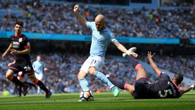 EL MAGO: David Silva weaves some magic