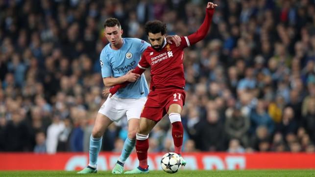 Aymeric Laporte terus menghantui pergerakan Mohamed Salah.