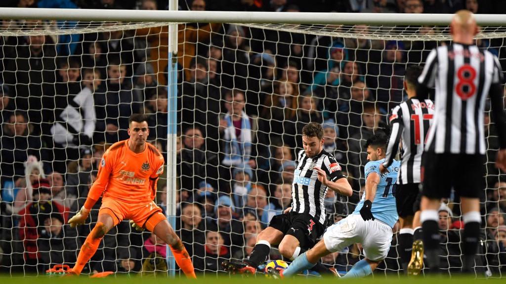 بعد عمل رائع من ليروي ساني سجل سيرجيو أجويرو الهدف الثالث لمانشستر سيتي في مرمى نيوكاسل يونايتد بهذه الطريقة.