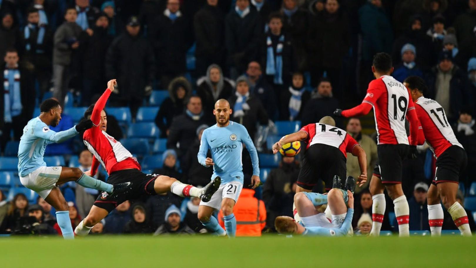 رحيم سترلينج لحظة تسديد الكرة التي جاء منها هدف الفوز في الوقت القاتل