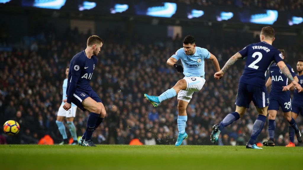 Agüero intentó, sin suerte, lograr su gol 100 con el City en el Etihad.