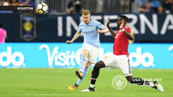 Raheem Sterling prepara el derbi junto al resto de la expedición del Manchester City.