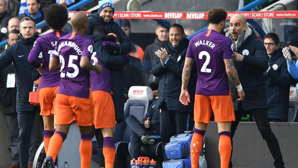 Danilo celebra su gol junto al banquillo.