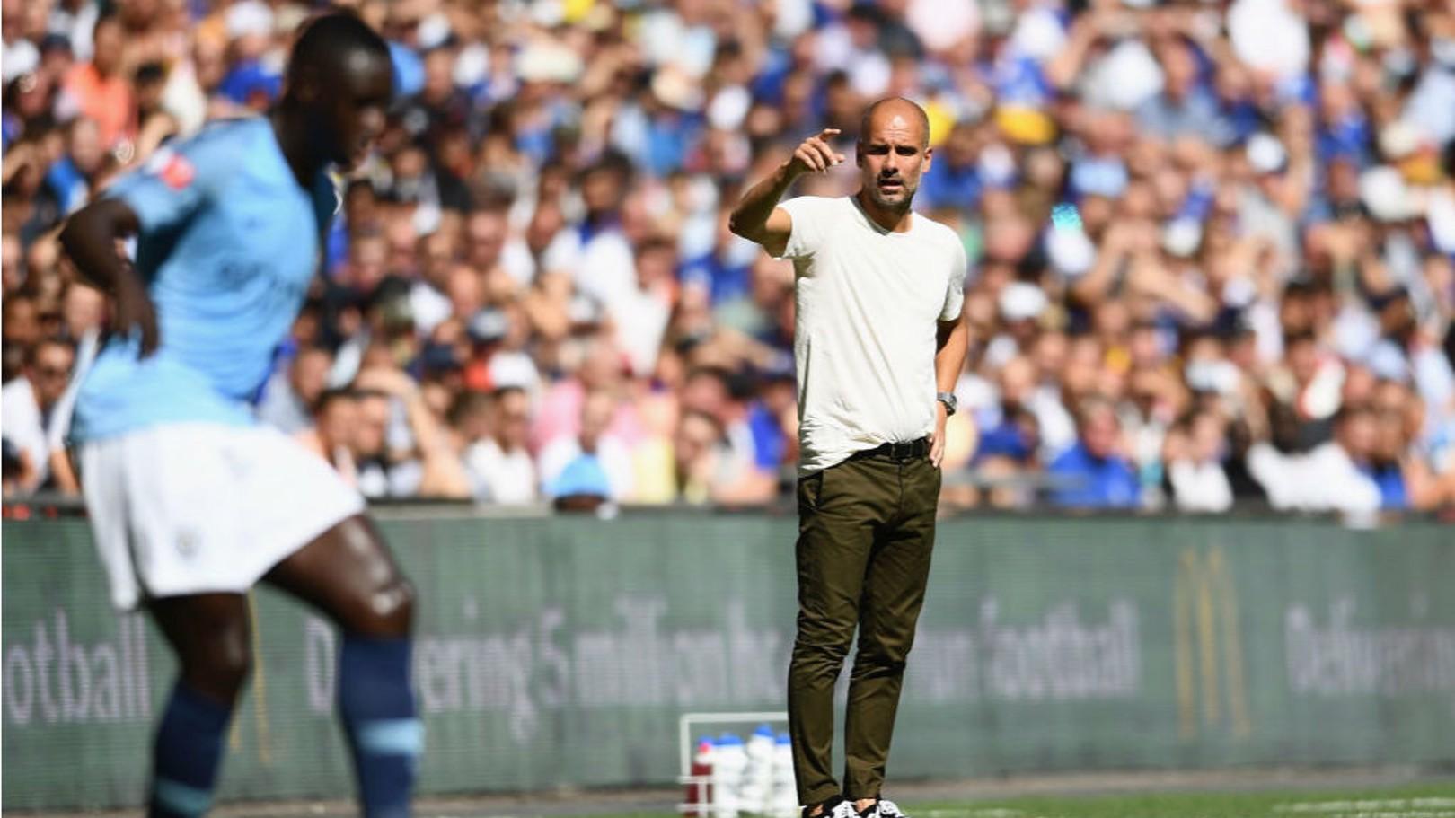 INSTRUKSI: Bos City Pep Guardiola berikan instruksi kepada Mendy