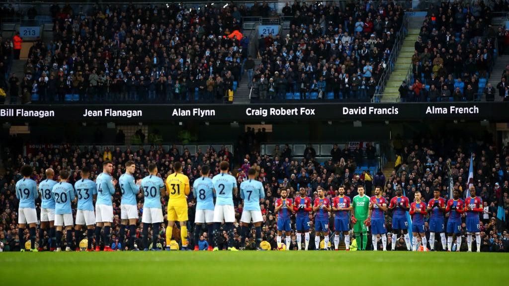 El Etihad Stadium guardó un minuto de silencio antes del partido en recuerdo de los cityzens fallecidos en 2018.