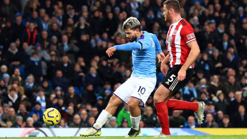 KEKUATAN PENUH: Striker asal Argentina kami melepaskan tendangan yang keras yang menghasilkan gol pembuka