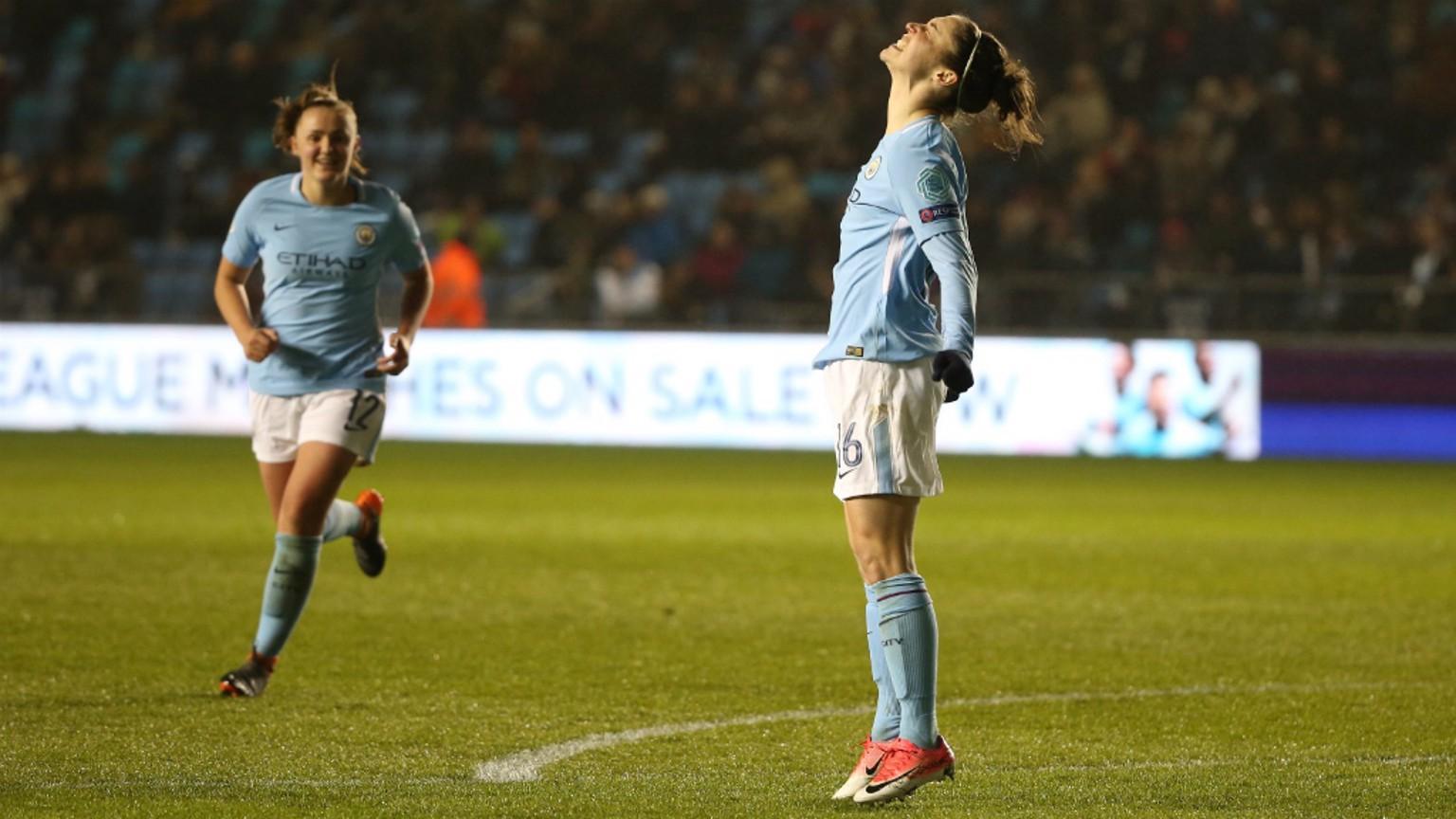Jane Ross celebra el segundo gol del partido.