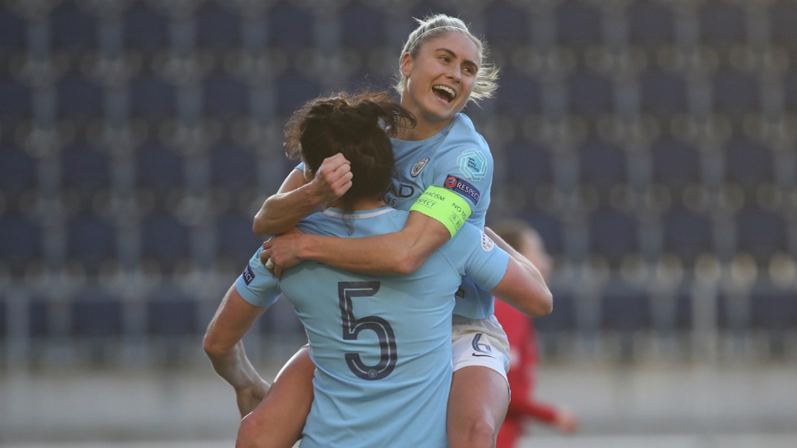 Jen Beattie y Steph Houghton celebran el cuarto gol del City.