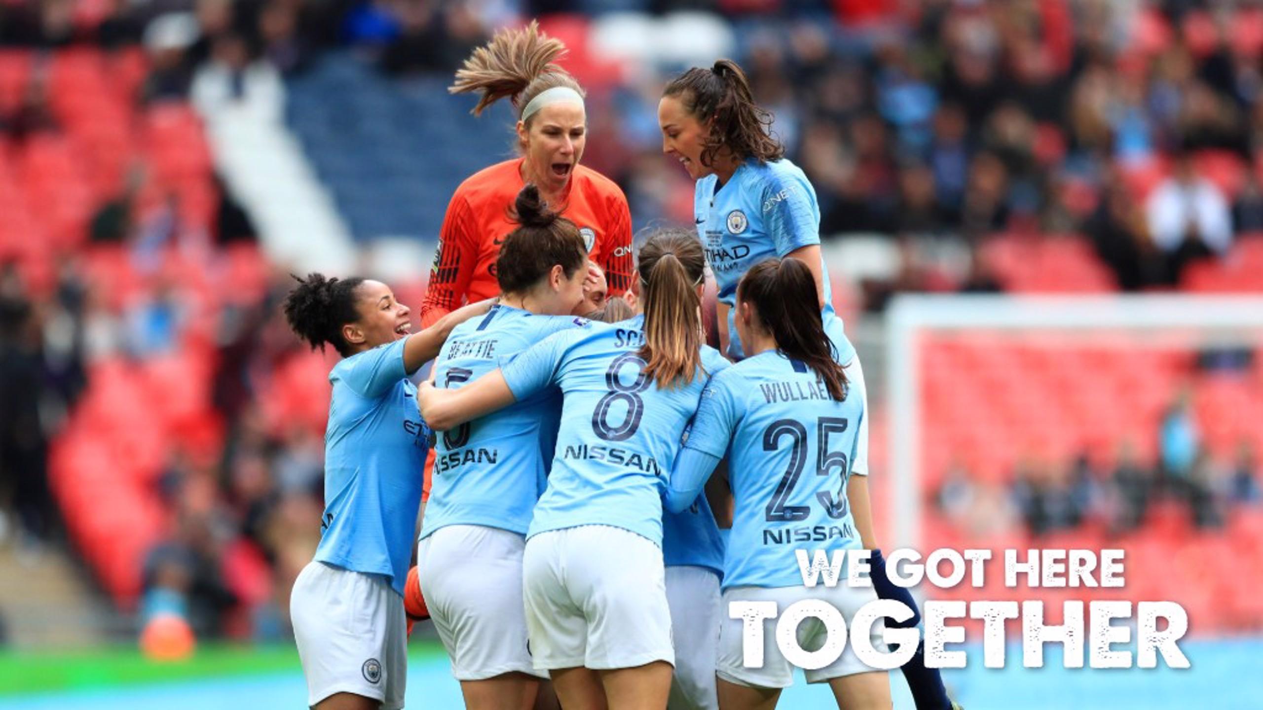 Keira Walsh es rodeada por sus compañeras después de abrir el marcador.