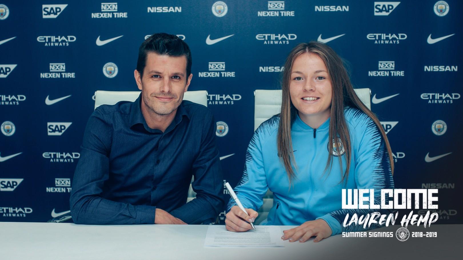 Lauren Hemp firma su contrato con el City.