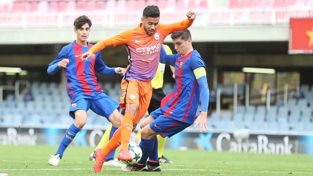 WEAVING: Fernandes works his way through the Barcelona defence for that excellent early chance