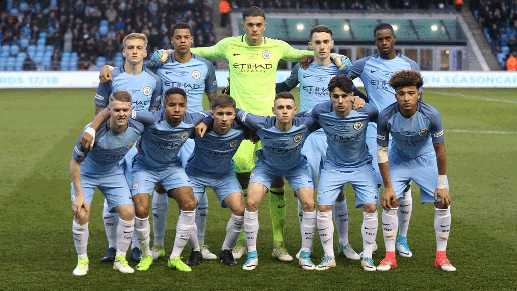 FULL ELEVEN: City pose for the traditional pre-match photo