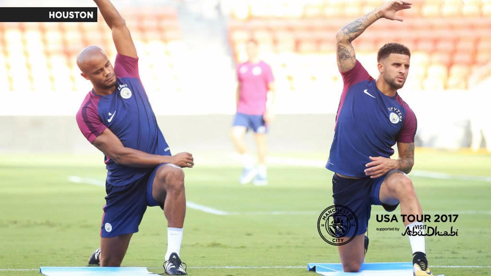 Le capitaine de City Vincent Kompany (à gauche) est aux côté de Pep Guardiola pour la conférence de presse de mercredi.