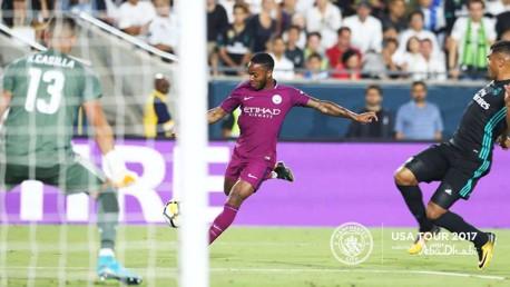 Sterling se prepara para lanzar durante el partido ante el Real Madrid.