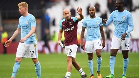 Pablo Zabaleta saluda a los aficionados del City tras el partido del domingo.