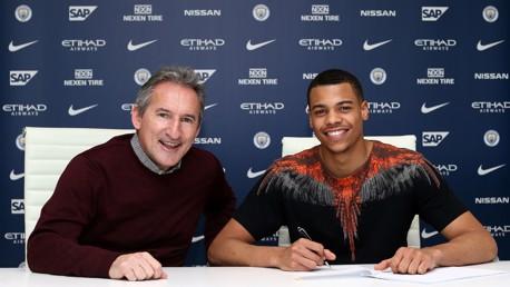 Lukas Nmecha firma su nuevo contrato junto a Txiki Begiristain