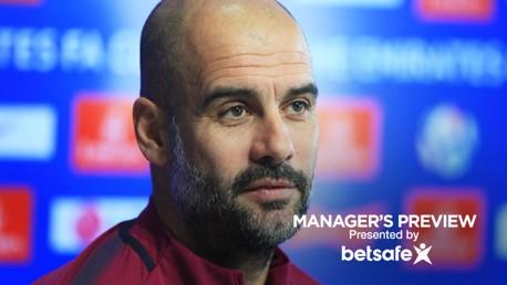 بيب جوارديولا أثناء المؤتمر الصحفي قبل مباراة كأس الاتحاد الإنجليزي.