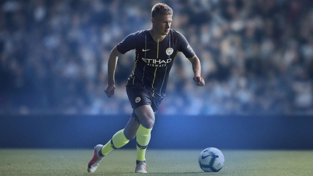 a7ba2f9ff91 LOOKING SHARP  Kevin De Bruyne models City s new 2018 19 away kit