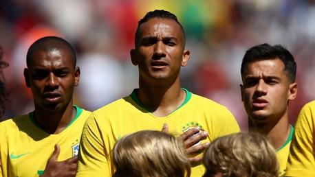 دانيلو وفيرناندينيو أثناء عزف النشيد الوطني للبرازيل في ملعب أنفيلد.
