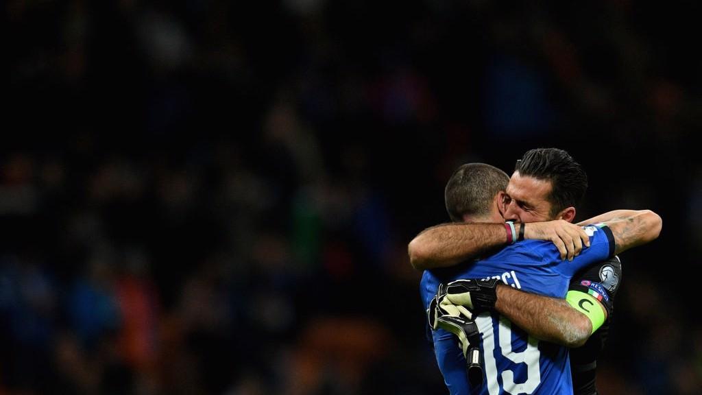 Bonucci y Buffon lamentan la eliminación italiana.