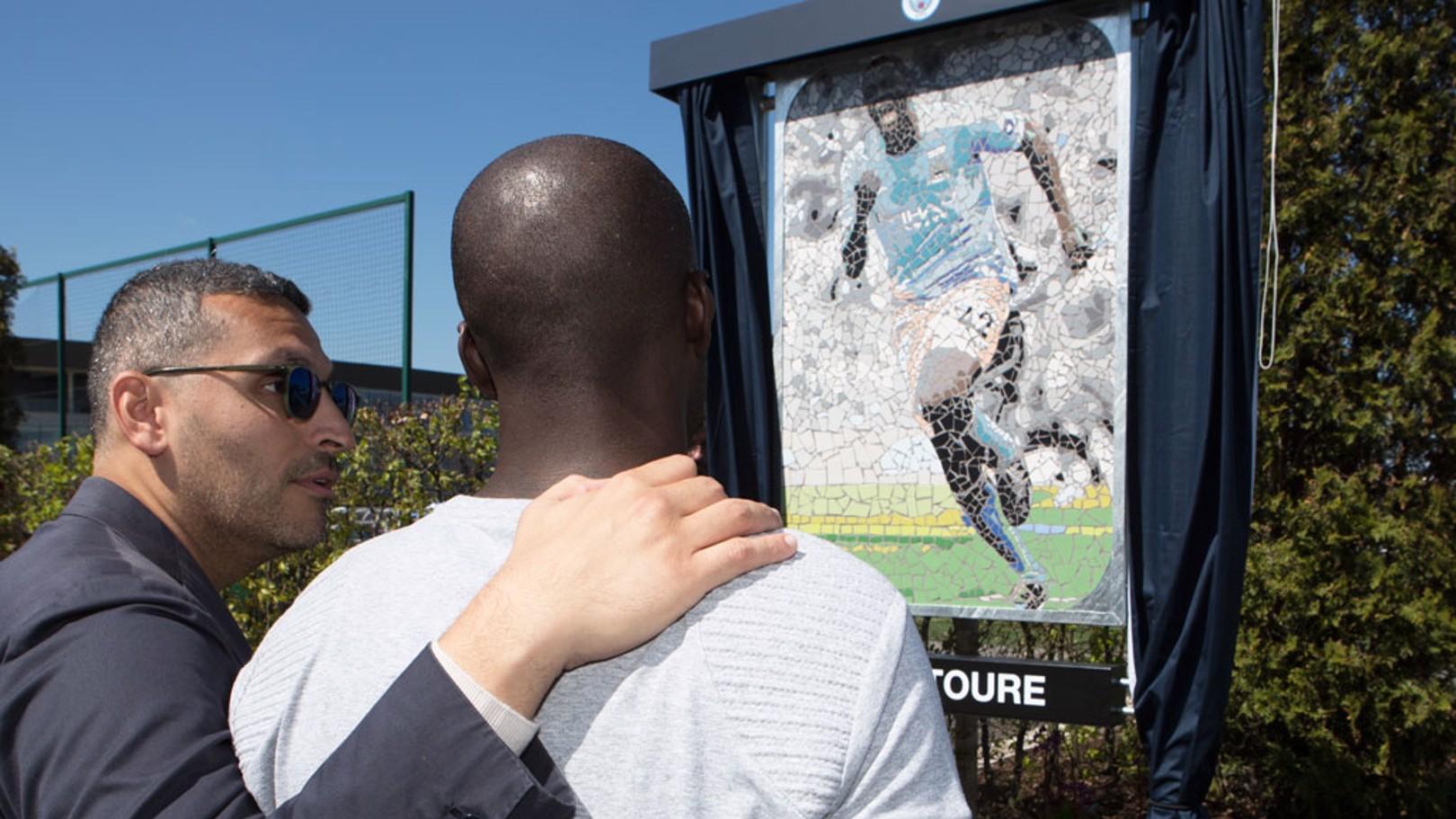 الرئيس خلدون المبارك كشف عن اللوحة الخاصة بيايا توريه في أكاديمية السيتي لكرة القدم.