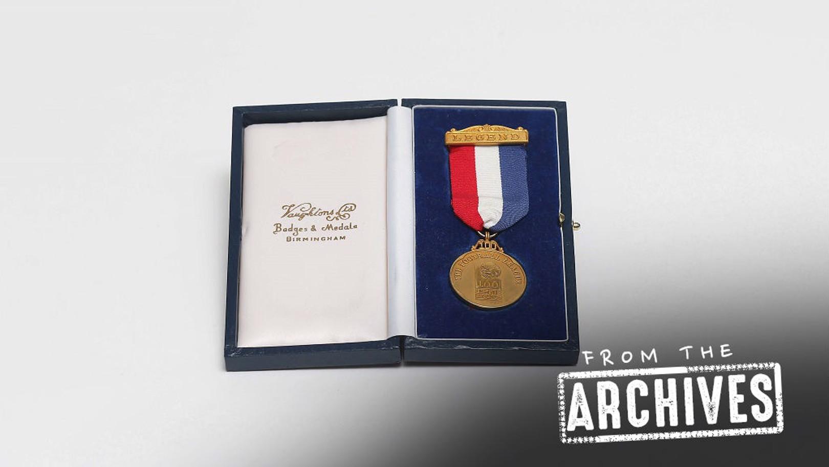เหรียญรางวัล 100 แข้งยอดเยี่ยมของพรีเมียร์ลีกอังกฤษ ที่มอบให้เมื่อปี 1998 เนื่องในโอกาสสมาคมฟุตบอลอังกฤษก่อตั้งครบ 100 ปี