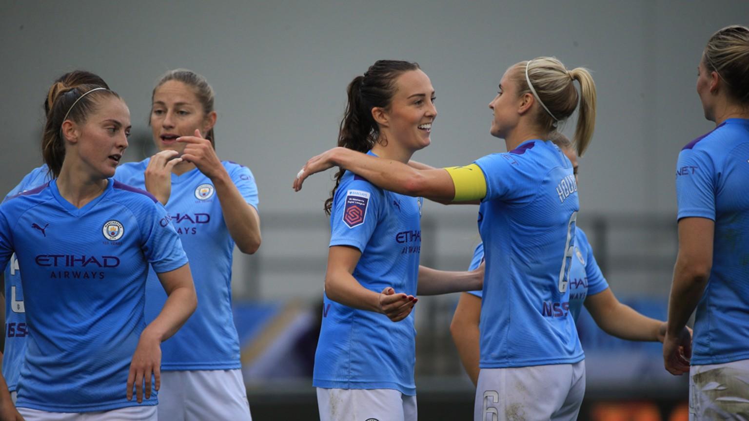 Las jugadoras del City celebran el cuarto gol, de Caroline Weir.