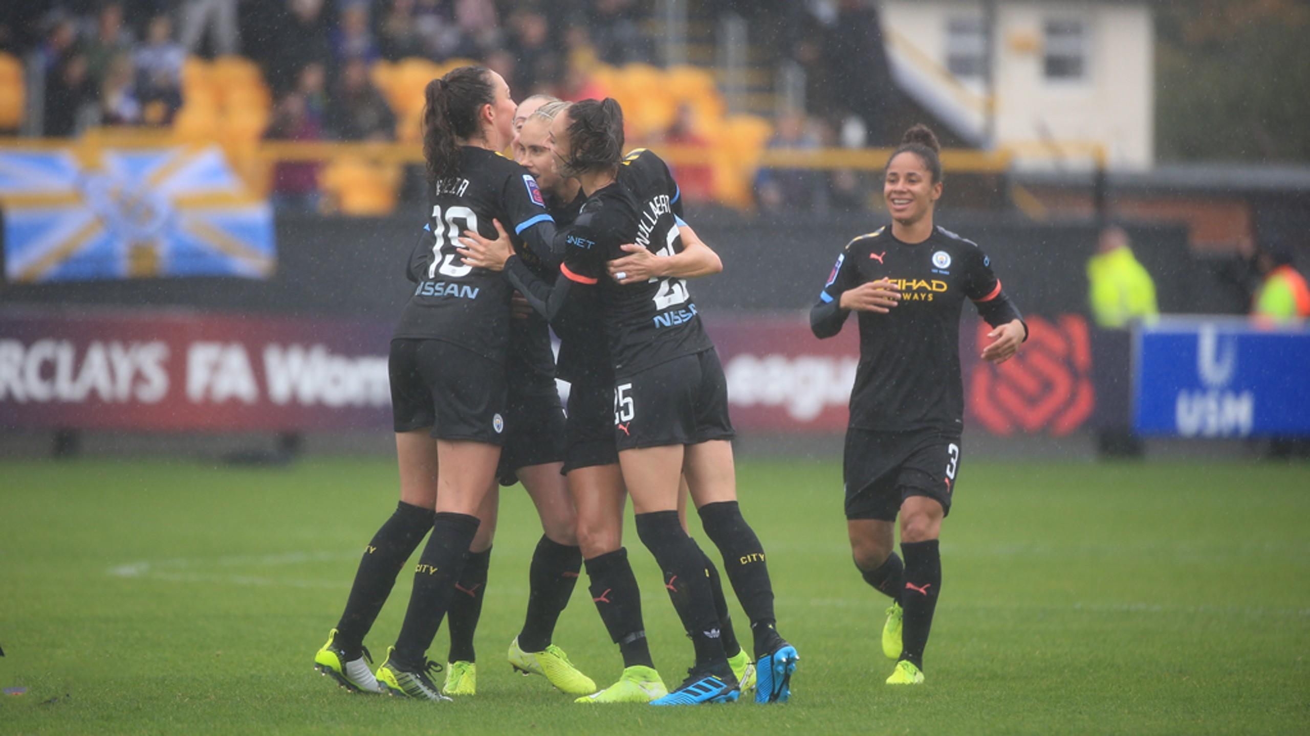 Abrazo colectivo para celebrar el gol de Steph Houghton.