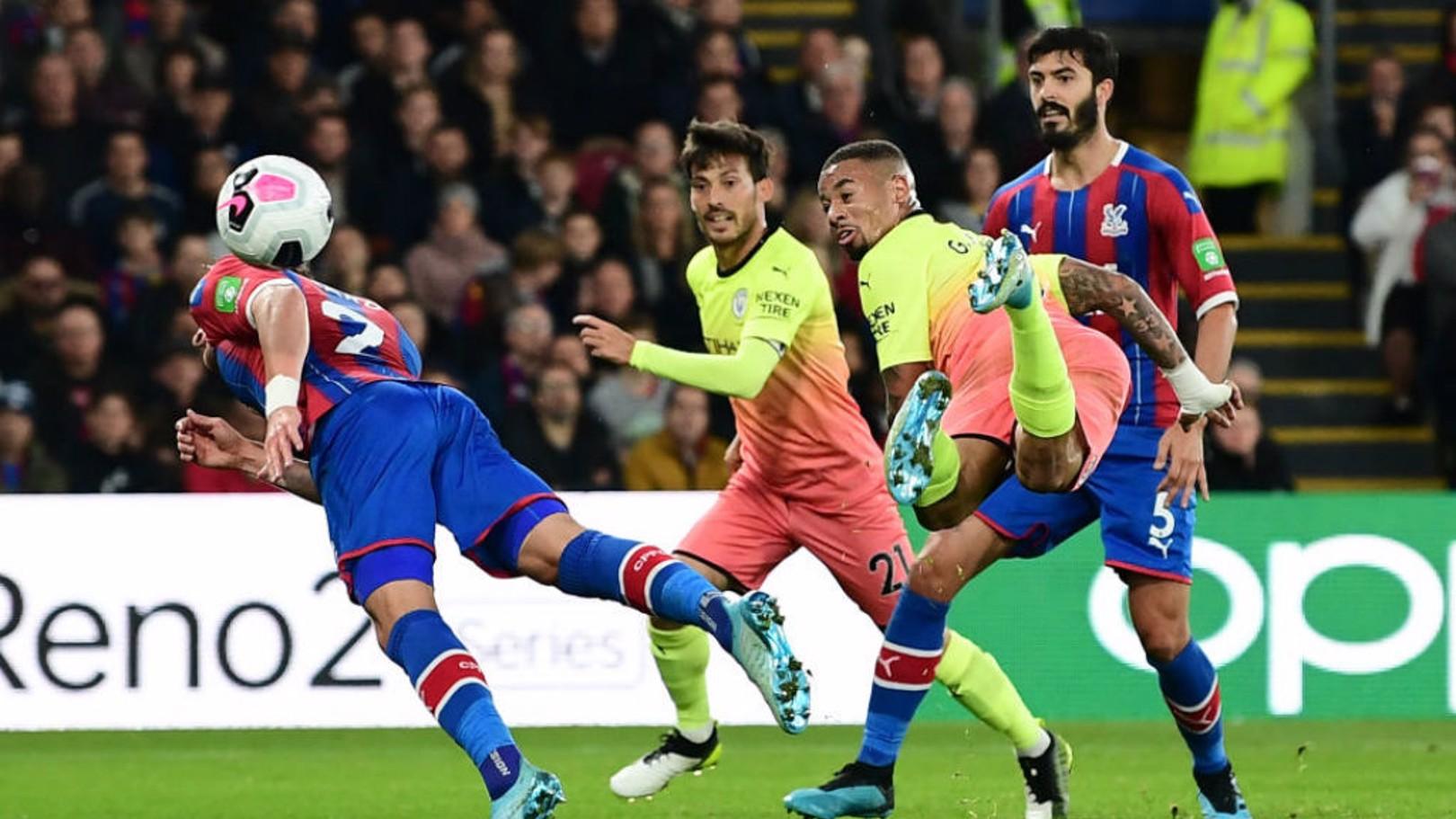 Gabriel Jesus marca golaço contra o Crystal Palace.