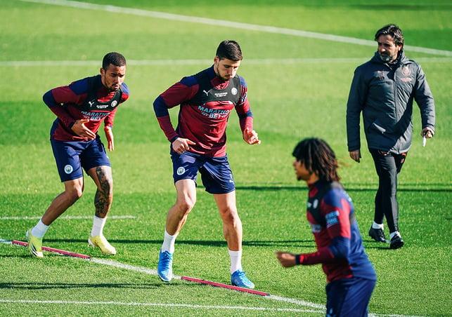 FOKUS: Ruben Dias dan Gabriel Jesus tampak serius menjalani latihan