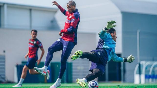PENUH AKSI: Semangat berlatih Fernandinho dan Ederson