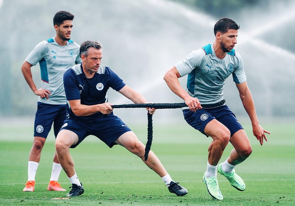 몸의 근력을 향상시키는 훈련을 소화중인 얀 쿠투와 디아스