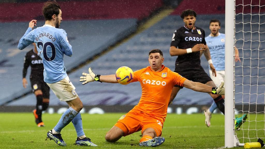 City s'impose face à Villa et file en tête du championnat