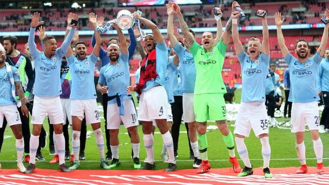 MAIO DE 2019 : Sob Pep Guardiola, o City conquistou o terceiro título da Premier League com um recorde de 100 pontos.
