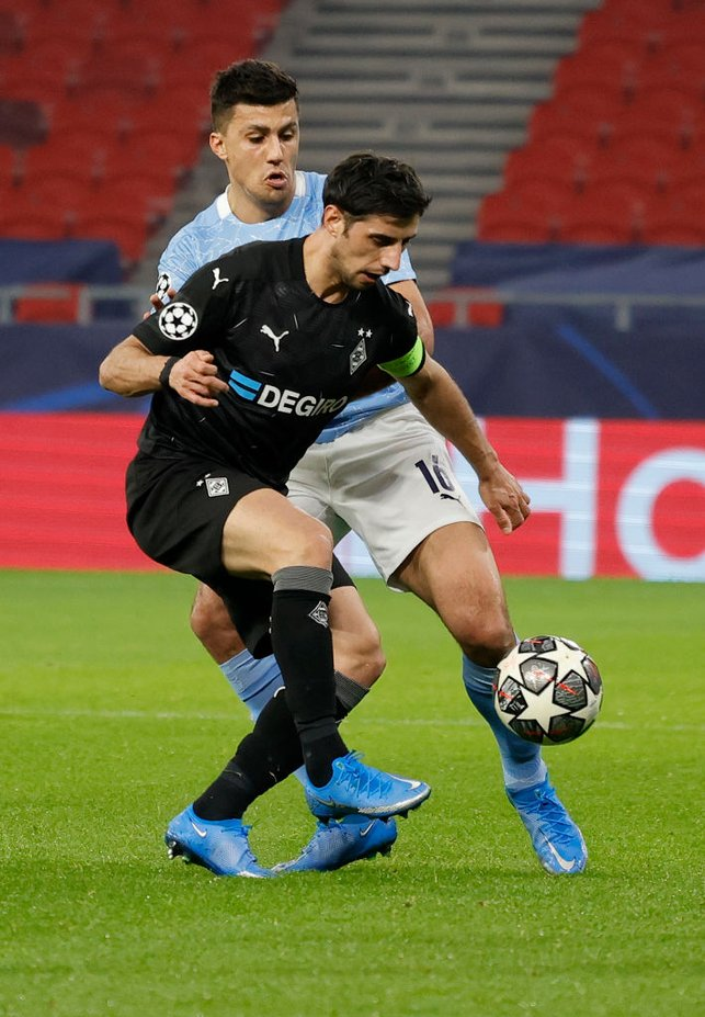 BATTLE : Rodri fights for the ball in midfield with Stindl early on.