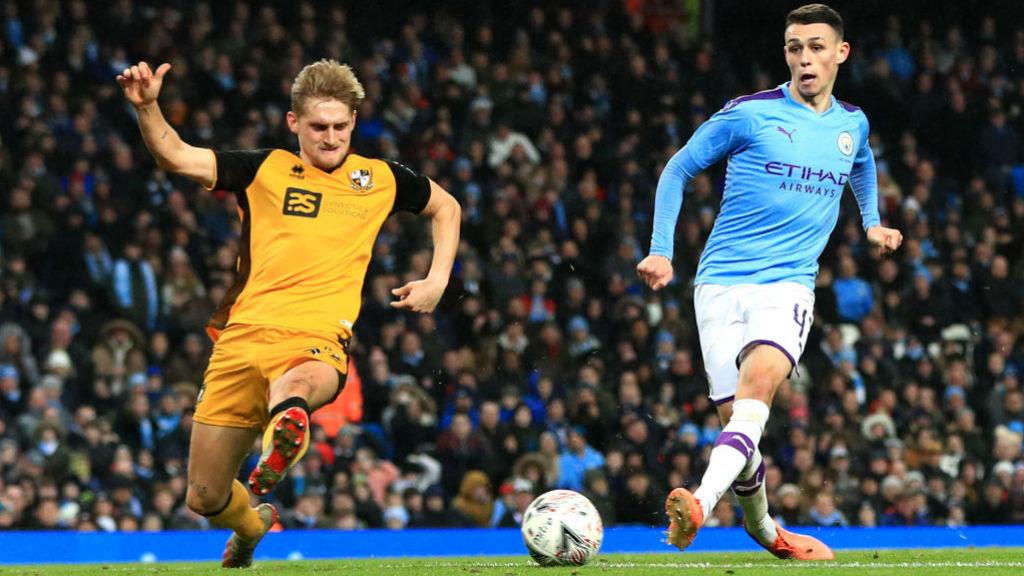 AKURAT : Phil Foden melepaskan tendangan akurat untuk terciptanya gol keempat City