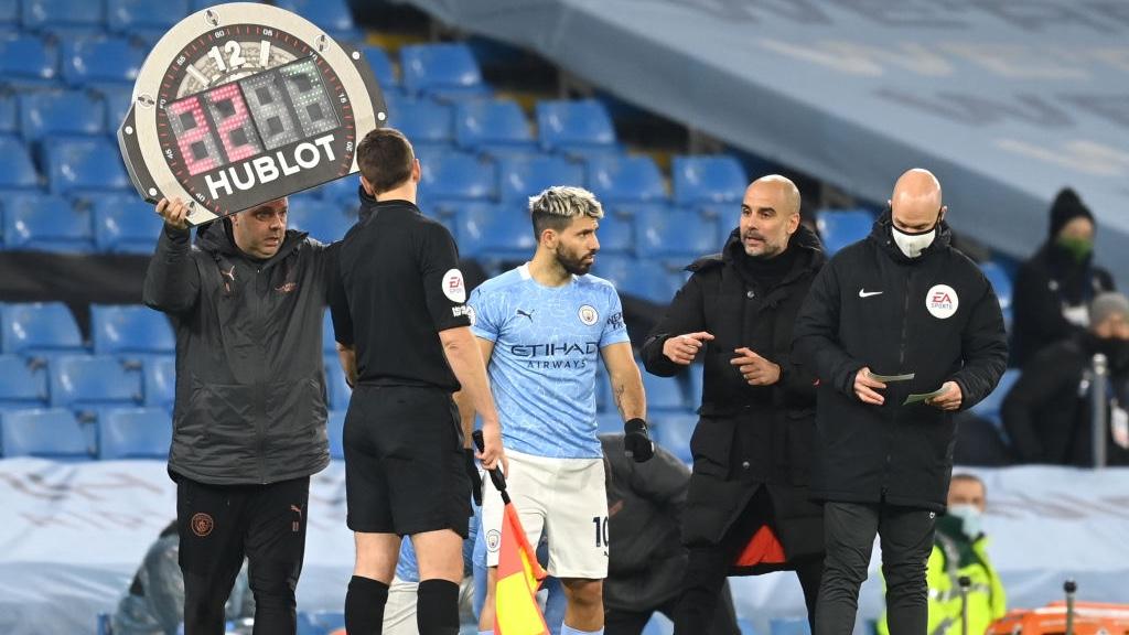 REGRESO. : Sergio Agüero volvió para disputar los últimos minutos del partido.