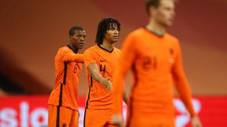 آكي يساعد هولندا للفوز بثلاثية على جورجيا