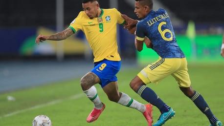 Jesus participa en otra victoria de Brasil