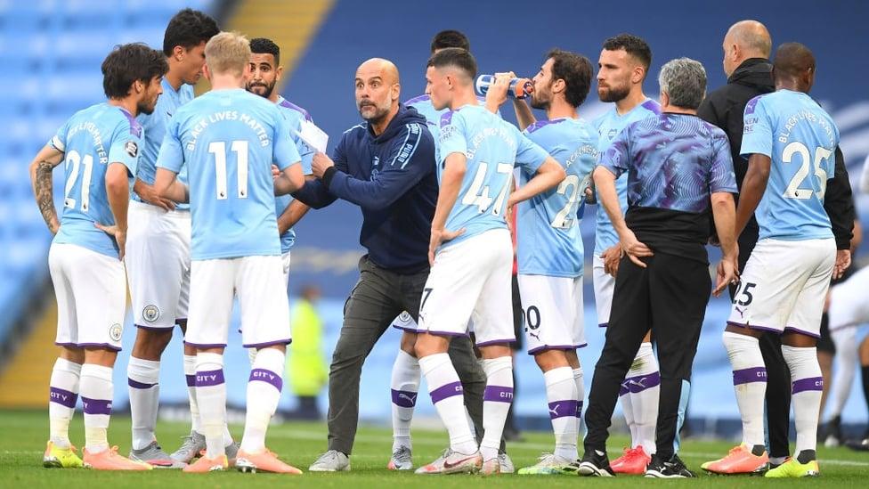 ARAHAN PEP : Sang bos memberi instruksi setelah gol pertama