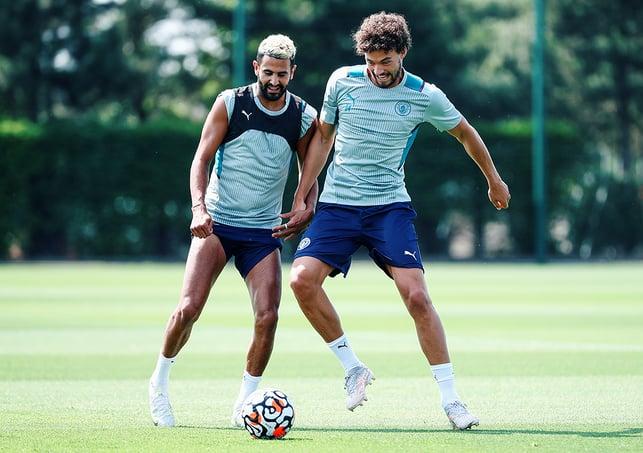 NA BOLA : Riyad Mahrez e Phillip Sandler disputam a bola