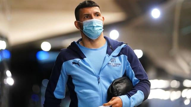 EL HOMBRE DE LA TARDE : Sergio Agüero llega al Etihad Stadium por última vez.