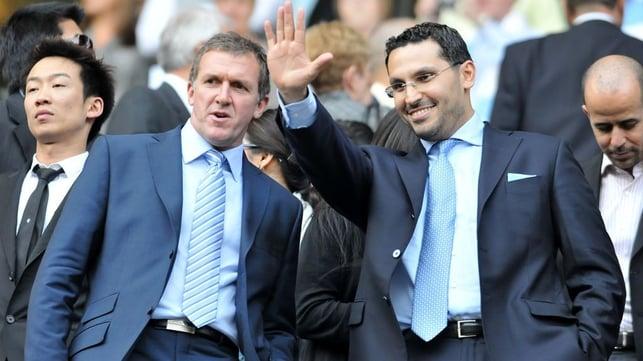 SETEMBRO DE 2008 : O City venceu o Portsmouth por 6 a 0 no dia em que Khaldoon Al Mubarak foi apresentado como presidente, dois dias antes do anúncio oficial da aquisição.
