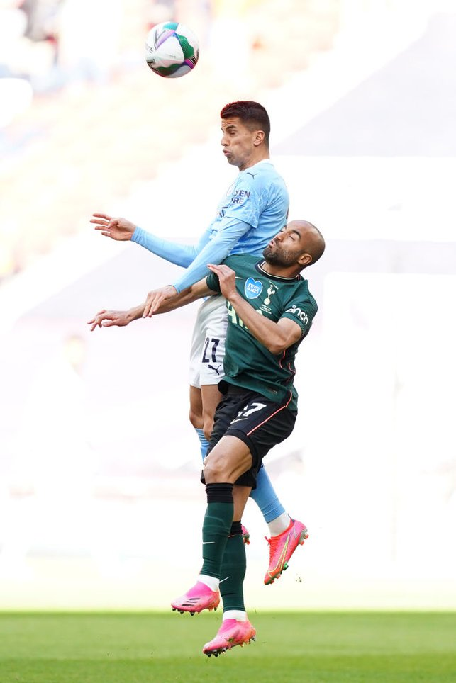 HEADS UP : Cancelo rises highest to win the header against Moura.