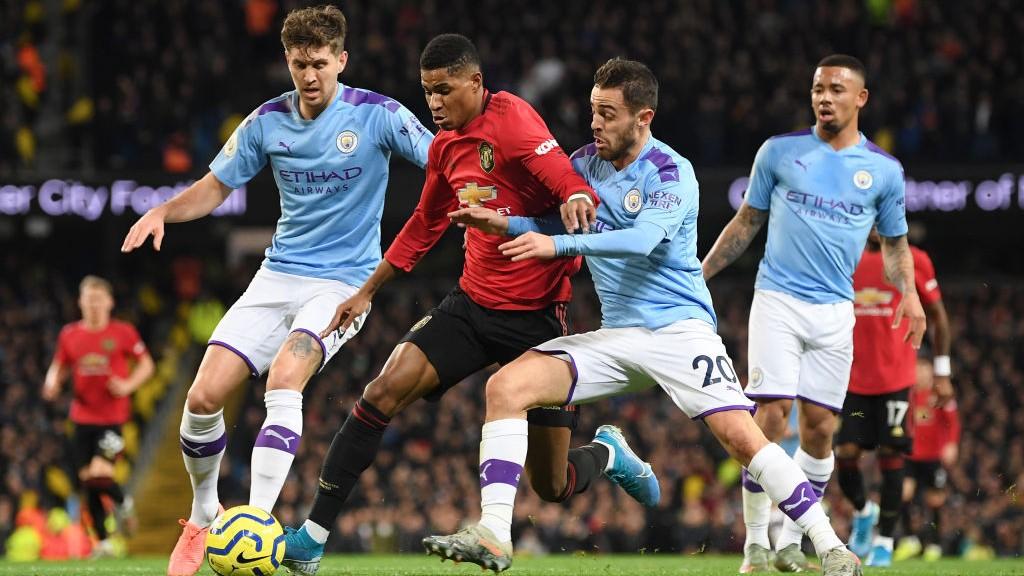 BERTARUNG : Bernardo membuat hadangan yang memberikan penalti pada United